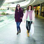 Ünlü oyuncular Seda Bakan ve Selin Demiratar, Kent Optik'ten alışveriş yaptıktan sonra görüntülendiler.