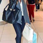 Kadir Has Üniversi tesi Mütve li Heyeti Başkan  Nuri Has 'ın avukat eşi Selin Has Akmerkez'de giyim mağazalarından kendisi ve kızı için alışveriş yaptı.