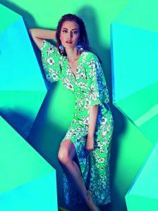 aae7ec420bd38 Fahriye Evcen, Koton'un rengarenk tasarımlarıyla ekranlara geliyor. 2018  İlkbahar-Yaz sezonunun trendlerini renklerle belirleyen Koton'un yeni  reklam ...