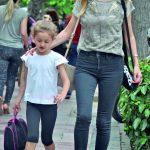 Pınar Baykal, güzel kızını okuldan aldıktan sonra, kısa bir yürüyüş yaptı.