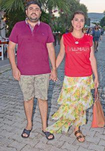 Ünlü sanatçı Ebru Yaşar, eşi Necat Gülseven ile birlikte Bodrum tatiline devam ediyor. Türkbükü'nde görüntülenen Ebru Yaşar-Necat Gülseven çiftinin mutluluğu gözlerinden okunuyordu.