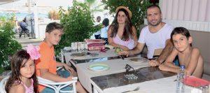 Ünlü spor sunucusu Ertem Şener, eşi Gülşen Hanım, çocukları Fulya, Ömer ve Kerim ile birlikte yaz tatili yapıyor. Ertem Şener, ailesi ile birlikte tatil rotalarını Bodrum'a çevirirken Türkbükü Mavi Otel'de tatillerine başladılar