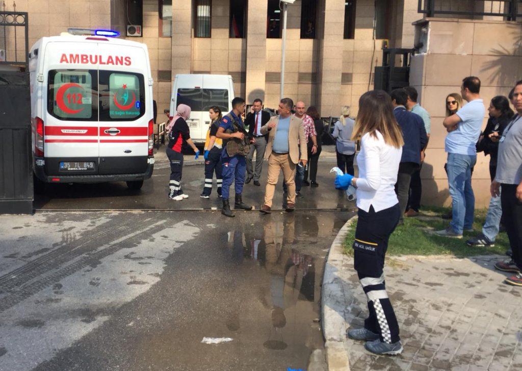 İzmir Adliyesinde gaz kaçağı nedeniyle tahliye işlemi başlatıldı, 2 kişi hastaneye kaldırıldı. ( Mustafa Yıldırım - Anadolu Ajansı )