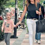 Ece Özboyacı, kızını okuldan aldıktan sonra kırtasiyeye uğrayıp alışveriş yaptı.