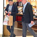 İş ve spor dünyasının tanınmış iş insanlarından Önder Fırat, yakın bir arkadaşı ile alışveriş yapıyordu .