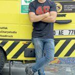 Okan Üniversitesi Gastronomi Bölümü Öğretim Görevlisi, İzmirli Şef Özgür Aşçıoğlu, Mutfak Konak: İzmir Lezzetleri Festivali kapsamında mobil mutfak aracıyla İzmir'e geldi.