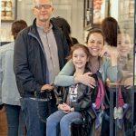 Swissotel Büyük Efes Satış ve Pazarlama Müdürü Ayşe Karpat, eşi Tolga Karpat ve güzel kızı Ayça Nar ile Alsancak'ta hizmet veren bir waffle dükkanında objektiflere takıldı.
