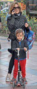 Yazar Ayşın Ceyhan, oğlu Eren' i okuldan aldıktan sonra, kısa bir yürüyüş yapmayı tercih etti.