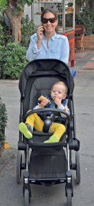 Telefonla konuşurken görüntülediğimiz Ceren Yavuz, yakışıklı oğlu ile hafta sonunu Alsancak'ta değerlendirdi.