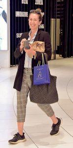 Yoğun bir çalışma temposu olan Ebru Gökçek, Akmerkez Çarşamba Pazarı'nda alışveriş yaptı.