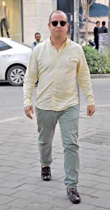 Atölye Gözlük'ün sahibi Esen Demir, Alsancak'taki mağazasında işlerini halletikten sonra Alaçatı' daki şubesine gitti.