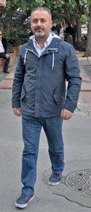 Doç. Dr. Fatih Uygur, Mustafa Enver Bey Caddesi'ndeki muayenehanesine giderken objektifimize yansıdı.