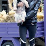 Ayakkabı Tasarımcısı Gizem Vardar, köpeği Pine ile objektiflere gülümsedi. Gizem Hanım köpeğini veteriner kontrolüne kucağında götürdü .