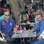 İzmir'in tanınmış iş insanlarından Hayati Küçükoba, Cem Özakbaş, Mesut Sancak ve Çetin Koçak Cumhuriyet Bayramı'nda Blanc Cafe'de bir araya geldi. Dört iş adamı, çay keyfi eşliğinde sohbet ettiler.