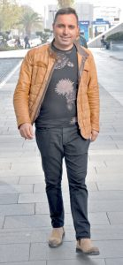 İzce Reklam'ın sahibi Mehmet Fidan, Folkart Çarşı'da yer alan Emirgan Sütiş'e gidiyordu.