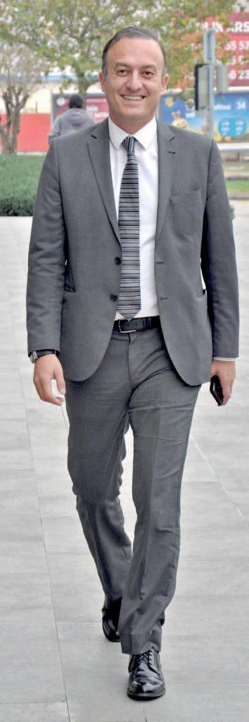 Folkart Towers İşletme Müdürü Murathan Narlıoğlu, öğle yemeğine giderken görüntülendi.