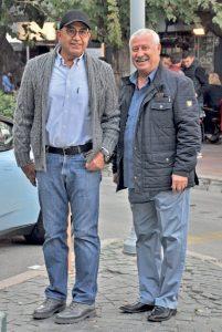 İş insanları Mustafa Güres ve Hasan Çakmakçı öğle yemeğine giderken görüntülendiler.