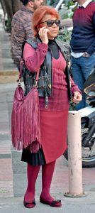 Renkli giyim tarzıyla dikkat çeken Nilgün Özsaruhan, sergi açılışına gidiyormuş.