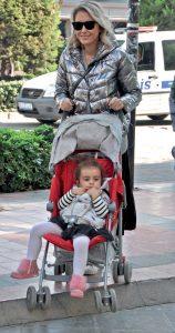 Kameralarımıza gülümseyen Şirin Özerinç, kızı Nil ile birlikte güneşli havanın tadını çıkarttı. Şirin Hanım, eşi Ali Bey'le buluşmaya gidiyordu.