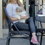 Manisa Celal Bayar Üniversitesi öğrencisi Selin Çelik, tatlı köpeği Mia ile Folkart Çarşı'da hizmet veren Starbucks'ta kahve içerken objektiflere gülümsedi.
