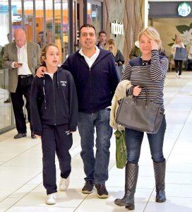 Efe Özal, eşi Sinem Özal ve kızı Serra ile Akmerkez'de görüntüledi. İşi dolayısıyla sık sık seyahat eden Efe Özal, İstanbul'a geldiğinde ailesiyle vakit geçiriyor.