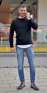 Telefonda arkadaşlarının yerini öğrenmeye çalışan Turgay Tunçdibek, Folkart Çarşı 'da öğlen yemeği yiyeceklerini söyledi .