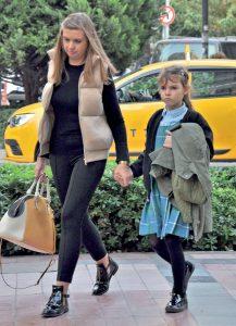 Yulia Soysaller, kızını okuldan aldıktan sonra D&R'a giderek kızı için kitap alışverişi yaptı.