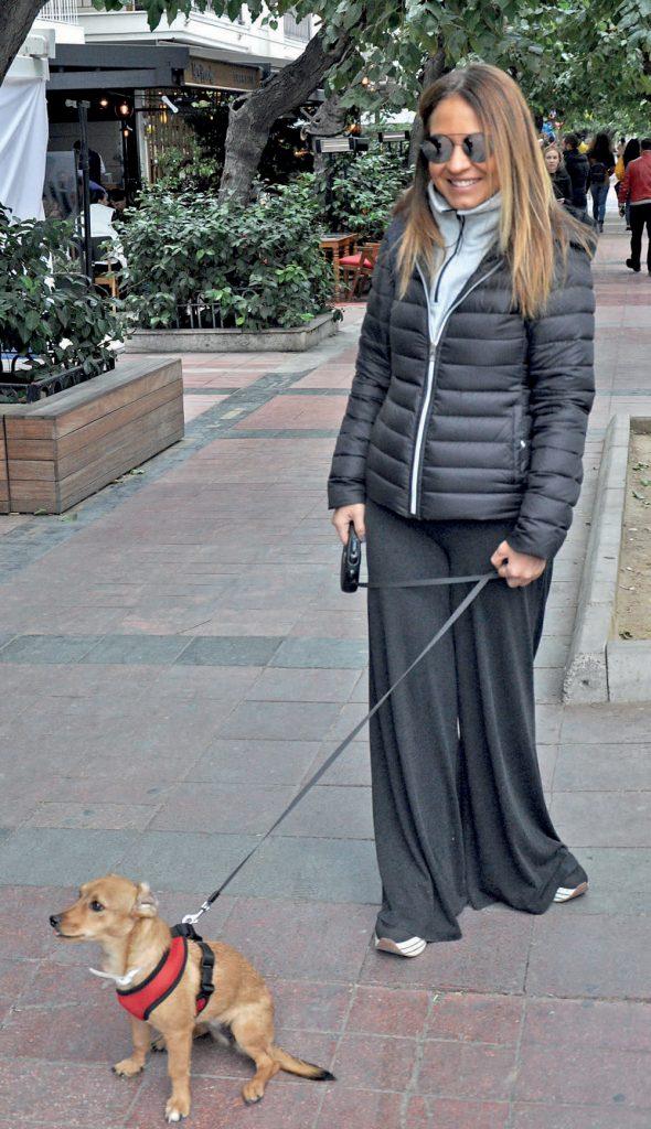 Zeynep Korkuter, sokakta bulup sahiplendiği köpeğini veterinere götürürken görüntülendi.