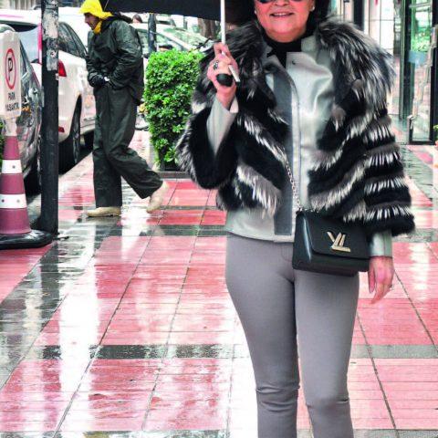 Alsancak'ta objektifimize yansıyan Ayşe Sungur , eşi Halil Zeki Sungur ile buluşmaya gidiyordu.