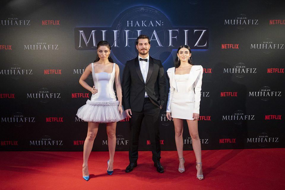 """Ayça Ayşin Turan, Çağatay Ulusoy & Hazar Ergüçlü, Netflix'in orijinal serisi """"Hakan: Muhafiz"""", Sakıp Sabancı Müzesi, İstanbul'da. 5 Aralık 2018."""