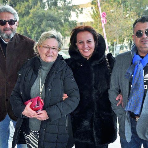 Enis-Ufuk Topçuoğlu ve İlyas-Süheyla Köse çifti Folkart Çarşı'da yer alan Döner Mutfak'a öğle yemeğine gidiyorlardı.