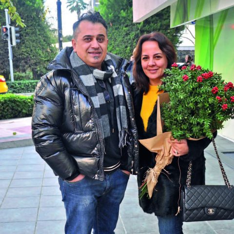 Eşi Süheyla Hanım'a bir demet kokina çiçeği alan İlyas Köse, yeni yılda herkese sağlık ve mutluluk diledi.