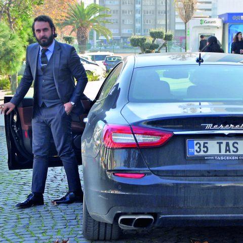iş adamı Cevdet Taşçeken, Almanya seyahati dönüşü İzmir'de görüntülendi.