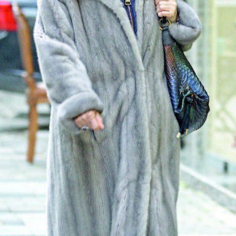 İzmir cemiyet hayatının tanınmış simalarından Ayşe Şamlı , yakın arkadaşı Miraç Şenyuva'nın butik mağazasına giderken görüntülendi.