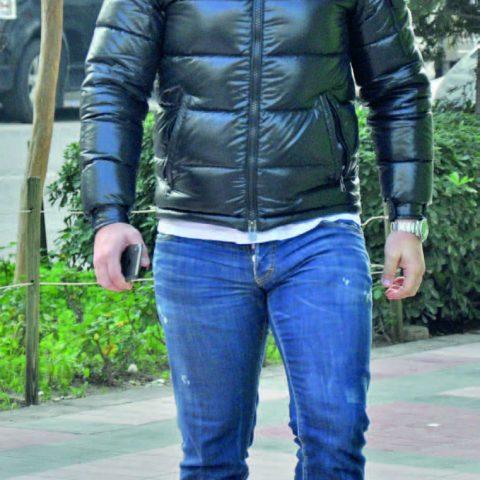 İzmirli yatırım danışmanı Emre Kelik , iş yemeğine giderken objektifimize yansıdı.