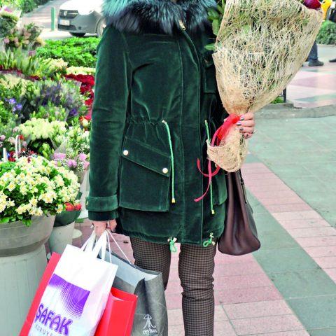 Kudret Akça arkadaşının doğum gününe giderken yeni yıl çiçeği kokinalardan ve kırmızı güllerden almayı ihmal etmedi.
