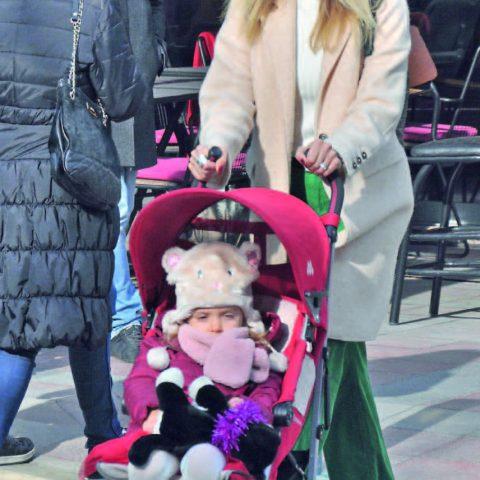 Melis Bayraktaroğlu kızı Mira ile hafta sonu Alsancak'taydı.