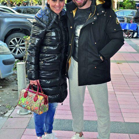 Osmanlı spor Kurucu Başkanı Ahmet Gökçek, eşi Hülya Gökçek ile görüntülendi. Çift, arkadaşları ile buluşmaya giderken objektifimize yansıdılar.