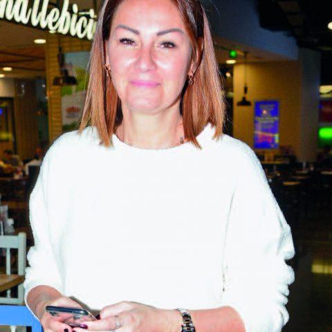 Ünlü oyuncu ve sunucu Pınar Altuğ Atacan, kızı Su ile Big Chefs'te akşam yemeği yedikten sonra sinemaya girdi.