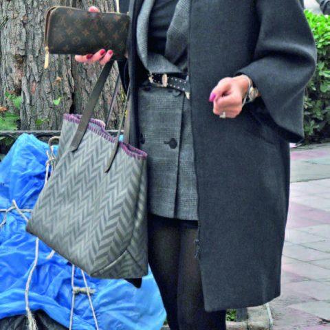 Zarif şıklığı ile dikkat çeken Işıl Ok Vural, kızını okuldan almaya gidiyordu.