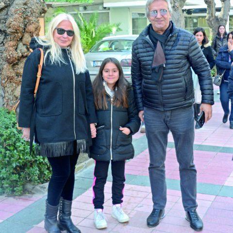 Adil ve Leyla Demirgil çifti, torunları Derin ile tiyatroya giderken görüntülendi.