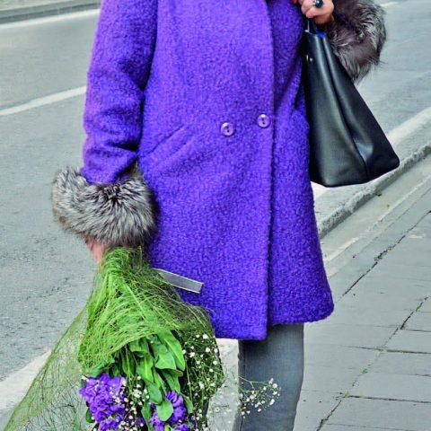Binnur Sağ, bir arkadaşının ev ziyaretine giderken çiçek almayı ihmal etmedi.
