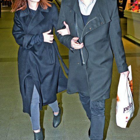 Güzel oyuncu Elçin Sangu, sevgilisi Yunus Özdiken ile alışveriş için geldikleri Kanyon'da objektiflerimize takılan tanıdık simalar arasındaydı.