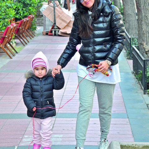 Hande Gölpek, Kültürpark Fuar alanına giderek, kızı Helen ile birlikte öğlen güneşinin keyfini çıkardı.