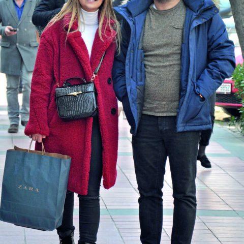 ş adamı Akif Karakuş, eşi Yağmur Karakuş ile alışveriş yaptı. Hafta sonunu böyle değerlendiren çift, daha sonra yorgunluk kahvesi içmek için kafeye gitti.
