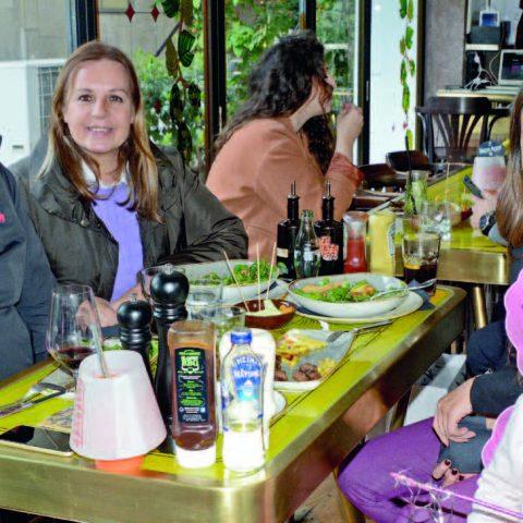 İş adamı Vecdi Fırtına, eşi Meltem Fırtına, kızı Merve Can ve torunu Elif Can ile Cafe Plaza'da yemekte bir araya geldi.