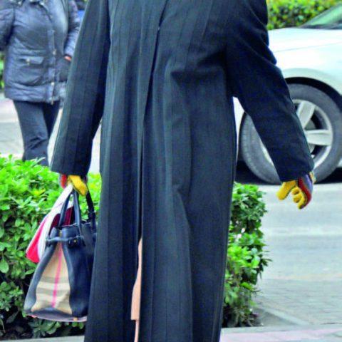 Kıbrıs Şehitleri Caddesi 'ne doğru yürürken objektifimize yansıyan Eczacı Sel Peker, torunlarının yanına gidiyordu.