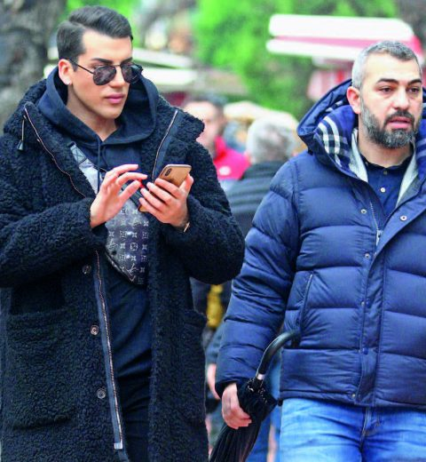 Sosyal medya fenomeni Kerimcan Durmaz İzmir'deydi. Durmaz, DJ olarak sahne alacağı mekan öncesi Alsancak'ta tur attı.