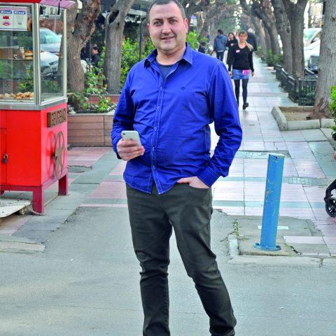 Alsancak'ta karşılaştığımız Hür Baysel, öğle yemeğinin ardından kahve içmek için arkadaşlarının yanına gidiyordu.
