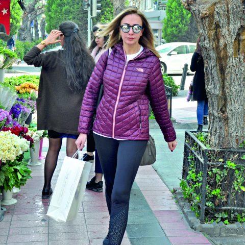 Ebru Gönüldaş, pilates sonrası kısa bir alışveriş turu yaptı.